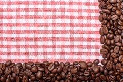 Текстура покрашенного полотенца, полотенца клетчатого типа, на котором лежат некоторое количество коричневых кофейных зерен Взгля Стоковая Фотография RF