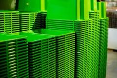 Текстура предпосылки зеленых пластичных ведер Стог рециркулированных пластичных ведер на дисплее на различном магазине шары дальш Стоковая Фотография