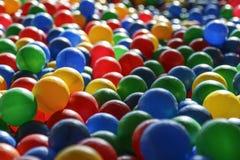 Текстура предпосылки пестротканых пластичных шариков на playgro Стоковое Изображение