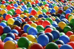 Текстура предпосылки пестротканых пластичных шариков на playgro Стоковые Изображения