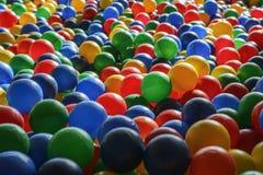 Текстура предпосылки пестротканых пластичных шариков на playgro Стоковое Изображение RF