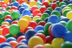 Текстура предпосылки пестротканых пластичных шариков на playgro Стоковое фото RF