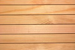 Текстура, предпосылка - естественная древесина всходит на борт планки с узлами и волокнами Стоковые Изображения RF