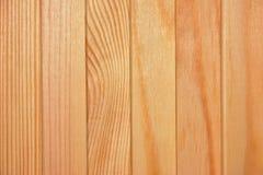 Текстура, предпосылка - естественная древесина всходит на борт планки с узлами и волокнами Стоковая Фотография