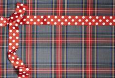 Текстура предпосылки тартана с точками польки и красной лентой Стоковые Фото