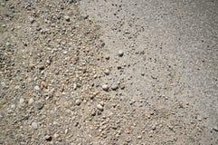 Текстура пылевоздушной и скалистой дороги со следами автомобиля и велосипеда стоковое фото