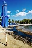 Текстура расслоины сырой нефти на пляже от аварии нефтяного пятна, заливе песка Kosmas ажио, Афинах, Греции, 14-ое сентября 2017 Стоковое Изображение