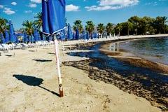 Текстура расслоины сырой нефти на пляже от аварии нефтяного пятна, заливе песка Kosmas ажио, Афинах, Греции, 14-ое сентября 2017 Стоковые Изображения