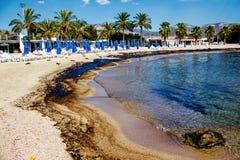 Текстура расслоины сырой нефти на пляже от аварии нефтяного пятна, заливе песка Kosmas ажио, Афинах, Греции, 14-ое сентября 2017 Стоковые Фото