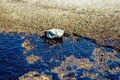 Текстура расслоины сырой нефти на пляже от аварии нефтяного пятна, заливе песка Kosmas ажио, Афинах, Греции, 14-ое сентября 2017 Стоковая Фотография RF