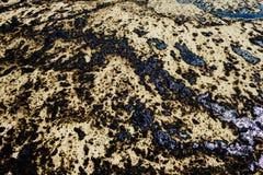 Текстура расслоины сырой нефти на пляже от аварии нефтяного пятна, заливе песка Kosmas ажио, Афинах, Греции, 14-ое сентября 2017 Стоковое Изображение RF