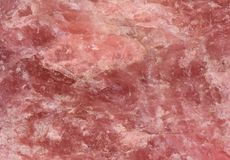 Текстура розового кварца - крупный план грубой структуры поверхности камня розового кварца для предпосылок стоковые изображения rf