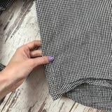 Текстура рубашки шотландки с деревянной предпосылкой стоковая фотография