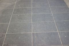Текстура серого квадрата вымощая плитки на всей рамке Стоковые Изображения