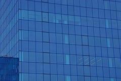 Текстура синего стекла окон на стене высокого здания Стоковая Фотография