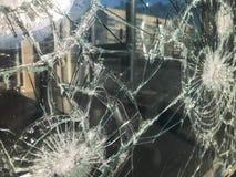 Текстура сломанного треснутого толстого хрупкого сломленного острого стекла, triplex с сияющими небольшими частями Предпосылка стоковое изображение