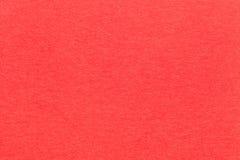 Текстура старого яркого красного бумажного крупного плана Структура плотного картона Предпосылка кармина Стоковые Изображения