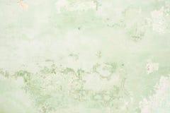 Текстура старой античной стены зелена, там трещиноватости белого защитного слоя гипсолита от влияний Стоковая Фотография RF