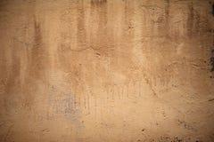 Текстура старой деревенской стены покрытой с желтой штукатуркой Стоковое Фото