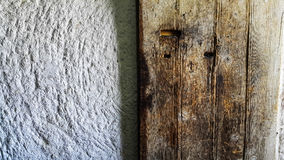 Текстура старой деревянной двери и белой стены песчаника Стоковые Изображения RF