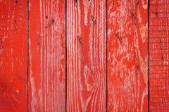 Текстура старой деревянной загородки покрашенной в красном цвете стоковое изображение rf