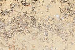 Текстура старой желтой треснутой стены стоковые фото