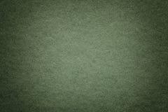 Текстура старой темной ой-зелен бумажной предпосылки, крупного плана Структура плотного глубокого сизоватого картона стоковое изображение