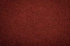 Текстура старой темноты - красной бумажной предпосылки, крупного плана Структура плотного maroon картона Стоковое Фото