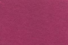 Текстура старой фиолетовой бумажной предпосылки, крупного плана Структура плотного magenta картона Стоковые Фотографии RF