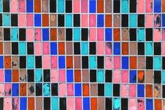 Текстура старых плиток стены с слезать яркую краску Стоковая Фотография