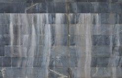 Текстура стены больших плиток гранита которые покрыты с белыми штриховатостями подверганный действию к dampnes Стоковые Фото