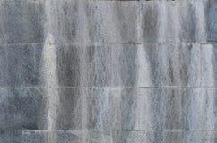 Текстура стены больших плиток гранита которые покрыты с белыми штриховатостями подверганный действию к dampnes Стоковая Фотография RF