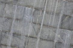 Текстура стены больших плиток гранита которые покрыты с белыми штриховатостями подверганный действию к dampnes Стоковые Изображения