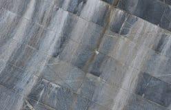Текстура стены больших плиток гранита которые покрыты с белыми штриховатостями подверганный действию к dampnes Стоковое Изображение