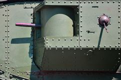 Текстура стены танка, сделанной из металла и усиленной с множеством болтов и заклепок Изображения заволакивания  стоковое фото rf