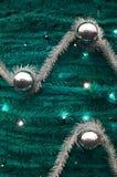 Текстура стены украшенной с новым Year' ленты s пушистые и украшения в форме лоснистых шариков Стоковые Изображения
