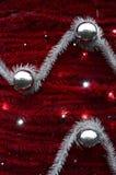 Текстура стены украшенной с новым Year& x27; ленты s пушистые и украшения в форме лоснистых шариков Стоковое Изображение