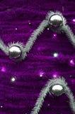 Текстура стены украшенной с новым Year& x27; ленты s пушистые и украшения в форме лоснистых шариков Стоковые Фото