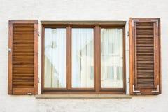 Текстура Outdoors Exte дома деревянных штарок Windows европейца старая Стоковые Изображения