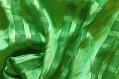 Текстура silk зеленой ткани с pleats стоковое фото
