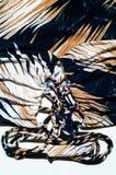 Текстура silk ткани Справочная информация Белизна желтого коричневого цвета stripes l Стоковые Изображения