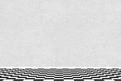 Текстурированная белая стена с черно-белым checkered полом Стоковое фото RF