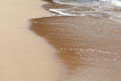 Текстурированная влажная предпосылка пляжа песка стоковое изображение rf