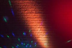 Текстурированная кирпичная стена освещенная покрашенными светами Стоковая Фотография RF