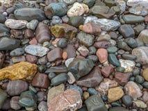 Текстурированная предпосылка, текстура больших камней реки стоковые фотографии rf