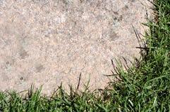 Текстурированная рамка предпосылки естественная каменная с травой Стоковое Изображение