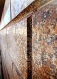 Текстурированная светом коричневая стена гранита стоковое фото rf