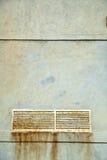 Текстурированная стена & ржавая крышка вала сброса Стоковые Фотографии RF