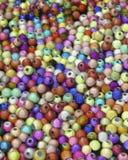 Текстурированный закройте вверх красочных шариков используемых для делать ювелирных изделий стоковое изображение