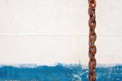 Текстурируйте белизну и покрашенную синью железную стену Стоковые Изображения RF